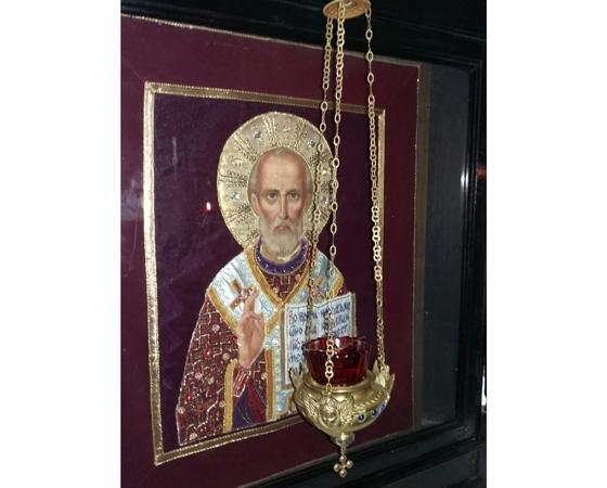 Вышитый оклад иконы Святителя Николая — это дело рук Светланы Дубровской, нашей землячки.