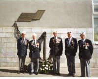 Ветераны северных конвоев возле мемориальной доски у железнодорожного вокзала. Северодвинск, 1991 год. Фото из семейного архива
