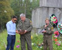 Внук О. Рахымбаева на захоронении. Фото Алексея Леонтьева