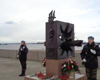 Почётный караул у памятника северным конвоям. Фото Евгения ЗАЦЕПИНА