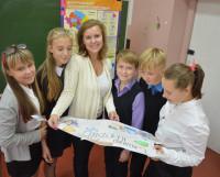 Ученики 6а класса обсуждают с учителем экономики Светланой Валуйской один из проектов. Фото автора