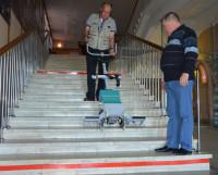 Лестничный подъёмник — ещё одно приспособление для передвижения маломобильных граждан. Это оборудование, которое приобрёл драмтеатр, демонстрируют главный инженер театра Вадим Воронцов (в центре) и дежурный пожарный Юрий Михеев.