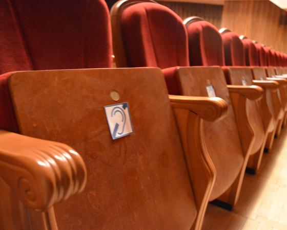 Места для слабослышащих и слабовидящих, а также для людей, передвигающихся на колясках, отмечены в зрительном зале театра специальными обозначениями. Фото Елены Никитиной