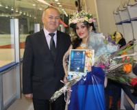 Победительница конкурса Анастасия Шарова с председателем профсоюзного комитета «Звёздочки» Алексеем Кукушкиным.