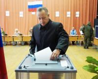 Одним из первых проголосовал мэр города Михаил Гмырин. Фото пресс-службы мэрии