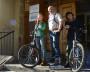 Сотрудники редакции «СР» тоже не прочь доехать до работы и на роликах, и на велосипедах. Главное — с ветерком! Фото Юрия Лобанова