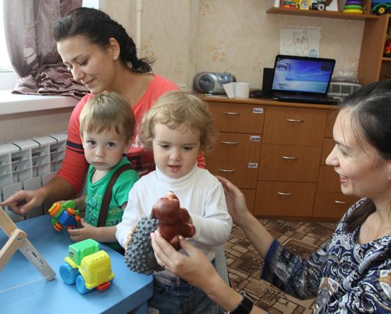 Один из плюсов домашнего детского сада — индивидуальный подход. Ребят немного, а воспитателей больше, чем в обычной группе. Руководитель сада Е. Сухова — справа.