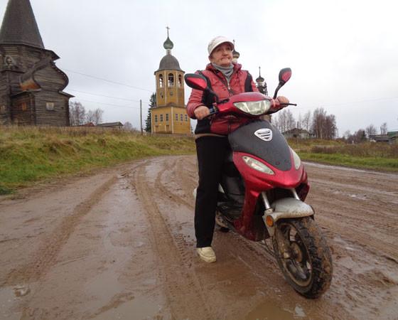 Этому скутеру уже три года — такой подарок Наталье Зосимовне сделал муж.  Фото Яны Новиковой