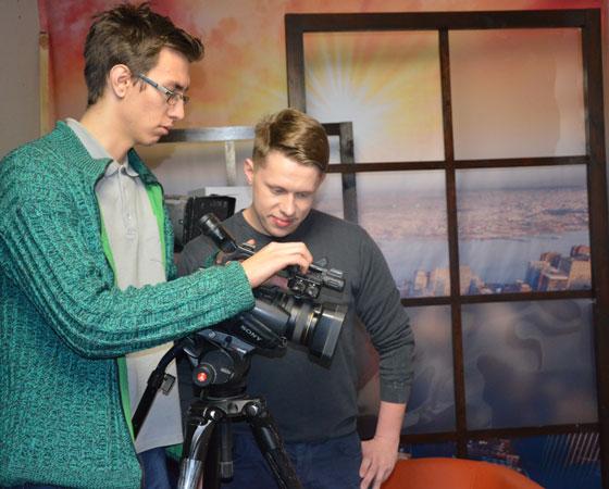 Рабочий момент. Журналист ГТРК и ведущий утреннего эфира Михаил Брюхов (справа) и оператор Дмитрий Ткаченко.