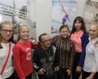 В. Богданов в окружении героев своих снимков.