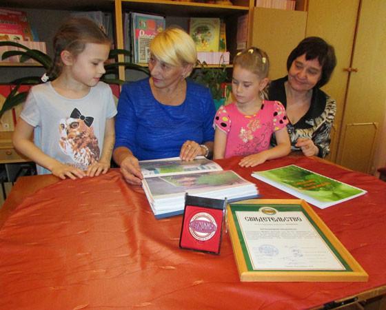 Воспитанницы подготовительной группы с заведующей Л. Зиновьевой и старшим воспитателем О. Портной. Фото автора