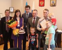 Сертификат из рук мэра получила молодая семья Кругловых. Фото автора