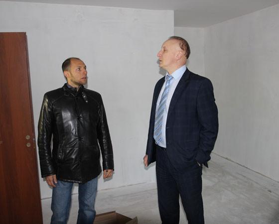 Андрей Шестаков (справа) проверяет ход работ вместе с представителем подрядной организации.