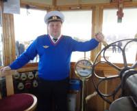 Капитан Иван Петров стоит за штурвалом парохода уже три года.  Фото автора