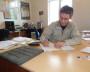 Илья Походий просчитывает все варианты. Перед ним — образец плитки. Фото автора