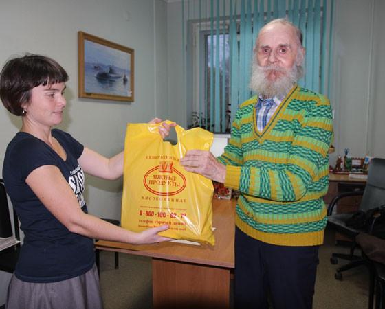 Одним из первых приз получает наш подписчик Василий Николаевич Габицкий. Фото Владимира Тикуса.