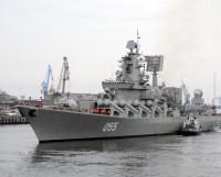 Крейсер «Маршал Устинов» выводят на фарватер. Фото Семёна Лишицы
