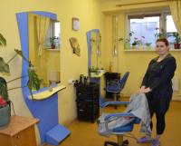 В парикмахерской на пр. Морском, 54а сейчас не хватает одновременно и клиентов, и мастеров: кризис. В помещении, где может трудиться десять человек, работают только пять. Фото Елены Никитиной
