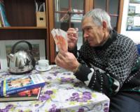 Лупа здесь не помешает! Бывали случаи, когда, откликнувшись на просьбу разменять крупную купюру, пожилые люди получали «прикол», а отдавали реальные деньги. Фото Екатерины Курзенёвой