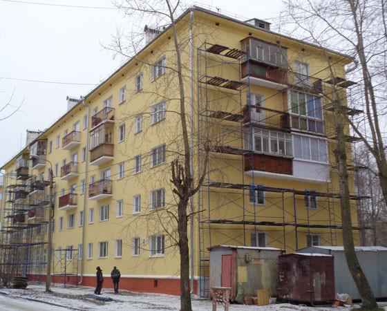 Улица Седова, 4. Один из домов, на котором велись работы по капремонту, до сих пор в лесах.. Фото автора