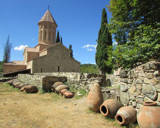 Монастырь Икалто с сосудами квеври на переднем плане.