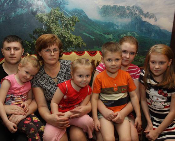 Елена Тихонова говорит, что много детей — это много забот. Но и в семь раз  больше счастья!