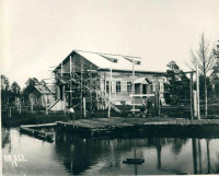 Строящийся дом на берегу Чаячьего озера.