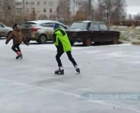 Молодёжь на коньках, выписывают кренделя прямо на тротуаре.