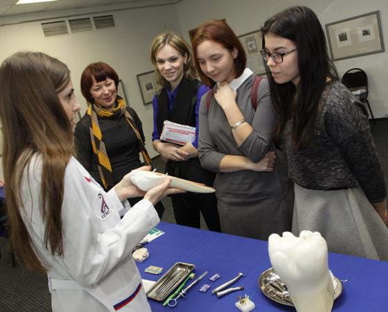 Стоматолог — одна из самых высокооплачиваемых профессий. Потому и интерес к ней у абитуриентов высок. Фото Валентина Капустина