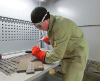 Чтобы заварить планку без дефектов, В. Ухов (2-е место) зачищает шов зубилом, щёткой и шлифовальной машинкой. Фото автора