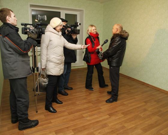 Олег Поздеев рассказал журналистам, что отдельной благоустроенной квартиры его семья ждала более 20 лет. Фото Евгении Легостаевой