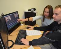 Монтажёр Андрей Ряхин и журналист Алёна Губаева готовят к эфиру новостной сюжет. Фото из архива Северодвинского медиацентра