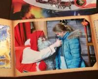 Йоулупукки дарит значок, что Даша побывала у него в гостях. Фото Ирины Сенатовой