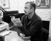 В. Шевельков на радиостанции «Модерн-Северодвинск». Фото Натальи Казнины