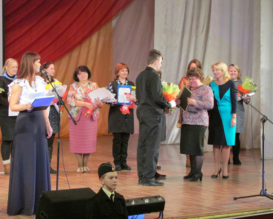 Награду за первое место в конкурсе «Инновации в образовании» получает Л.В. Большакова. Фото автора