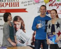Призы получают Татьяна Бессонова и Павел Сивков. Фото Екатерины Курзенёвой
