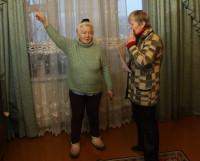 Жительницы дома Е. Иванова и Н. Карельская: «От забивки свай у нас, можно сказать, стены тряслись». Фото Валентина Капустина