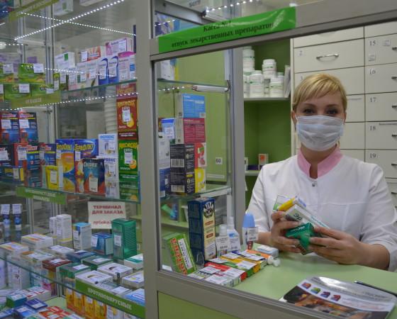 Заведующая аптечным пунктом в торговом центре «Панорама» Наталья Федосеева отмечает рост спроса на противовирусные препараты. Фото автора