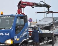 Зачастую припаркованные на обочине машины мешают проезду других автомобилей и особенно работе снегоуборочной техники, создают опасные ситуации, приводящие к ДТП. Фото автора