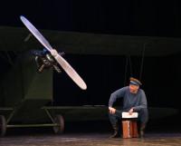 Появление на сцене в спектакле «Небесный тихоход» самолёта в натуральную величину произвело на зрителей яркое впечатление. Директор драмтеатра А. Голубева надеется, что художники придумают что-то не менее поразительное в новой постановке «Реквием каравану». Фото автора