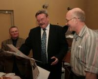 Николай Николаевич любил принимать поздравления. И в ответ щедро угощал гостей. Фото Валентина Капустина