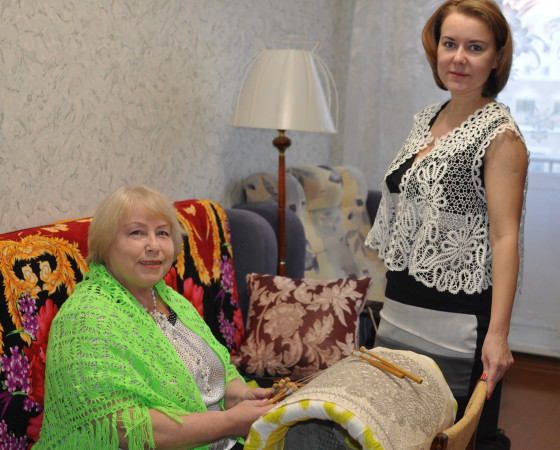 Валентина Германовна за работой и её дочь Светлана в жилетке, созданной мастерицей. Фото Анастасии Кудриной