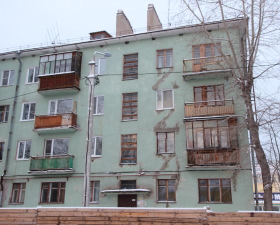 Так как ремонт/реконструкция отсутствовали в списке производимых работ, надежда, что дом 9 на ул. Первомайской приведут в порядок по программе капремонта, растаяла как дым. Фото автора