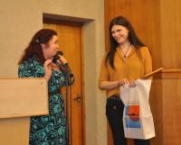 Елена Орлова вручает благодарность Ольге Заколупиной. Фото автора