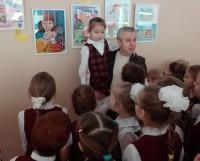Юная художница с наставником на открытии выставки. Фото из архива Петра Шалтина