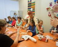 Мастер-класс Анны Тороховой по изготовлению народной куклы собрал и взрослых, и детей. Фото из архива творческой мастерской