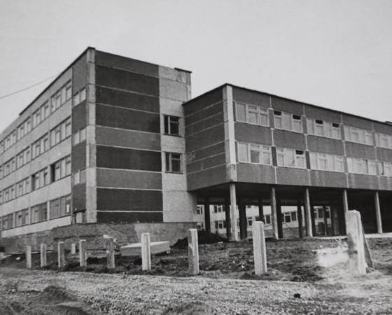 Школа № 29 в квартале В-1. Весна 1988 года.  Фото В.П. Капустина