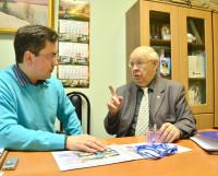 Вячеслав Попов (справа) рассказал на встрече в редакции о перспективах развития гражданского судостроения в Северодвинске.