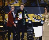 Стас Давыдов вручает Павлу Аншукову (в центре) награду победителя шоу. Фото с сайта Youtube