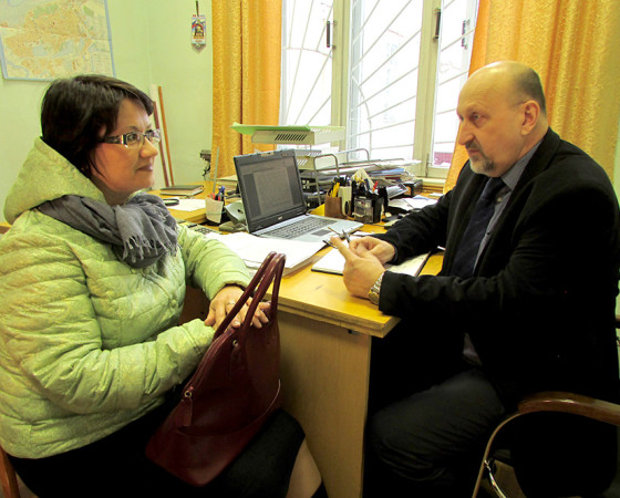 Юлия Белозёрова одной из первых пришла за заявлением для выдачи медицинской карты сына и получила ответы на свои вопросы. Фото автора